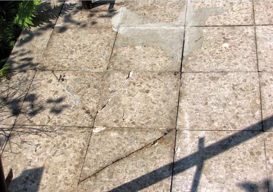 Verschlissener Belag aus Terrassenplatten